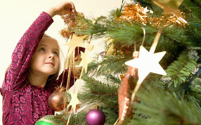 Keep Your Christmas Tree Fresh the Easy Way - Via Women